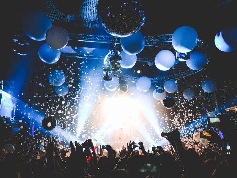 party-and-confetti-nightlife-millenials-leisure_t20_LO3jJZ